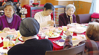 入居者の多くが和気藹々と楽しんでいる食事会をこれまでの不定期開催から週に1度開催する〔写真は3月のひな祭りランチ時〕