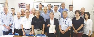 菅井区長(右から3番目)、畑尻会長(中央右)と自治連合会メンバーら