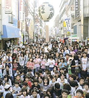 3万人近い人が訪れ賑わう会場