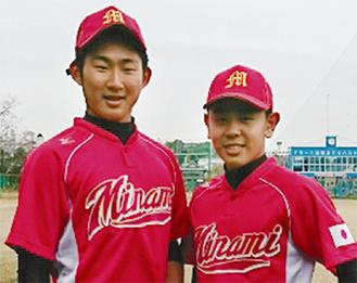 日の丸のエンブレムが入った南関東代表のユニフォームを着た大津選手(左)と深見選手【保土ヶ谷シニア提供】