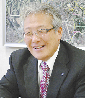 インタビューに答える菅井区長