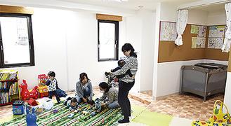 絵本やおもちゃで遊ぶ親子