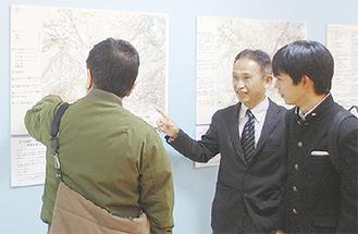 来場者に説明する加藤教諭(写真中央)と亀田さん(同右)