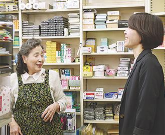 来店した教員と話す入江さん