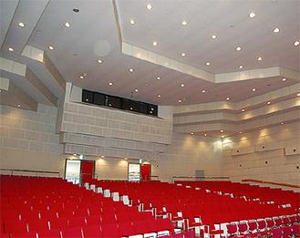 天井の改修が始まる講堂