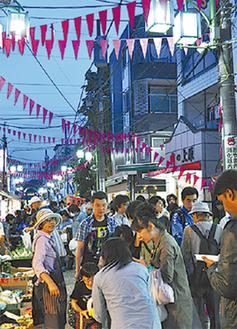 普段は夕方6時以降人通りがまばらになる通りには多くの人が行き交う