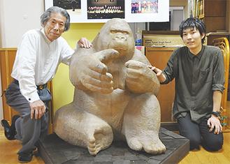 運び込まれた彫刻を挟む轟さん(写真右)と渡邉園長(同左)