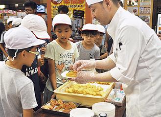 近隣の小学生が天ぷらを試食