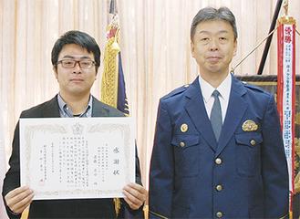 感謝状を手にする遠藤さん(写真左)