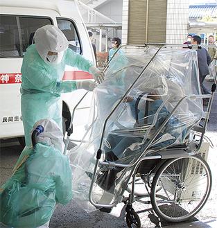 患者を陰圧用車イスに乗せる訓練