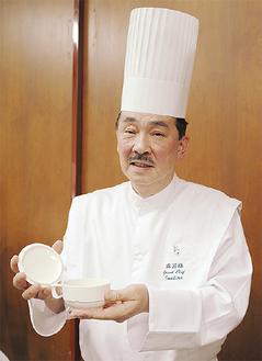 スープを紹介する今平総料理長