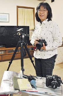 カメラや歯ブラシ、御朱印帳など撮影七つ道具を手に撮影に出かける