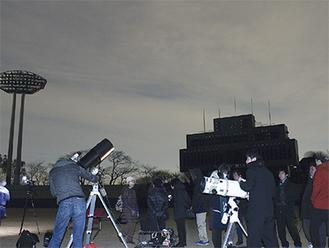 空は雲がかかっていたが球場内で天体望遠鏡を構え月面などを観察した