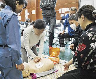 人形を使い心臓マッサージを体験
