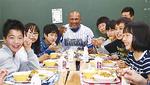 小学生とカレーを食べるラミレス監督(昨年)