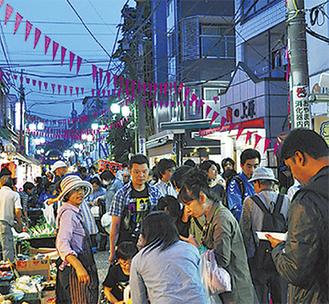 普段は夕方6時以降人通りがまばらになる商店街の通りには多くの人が行き交う