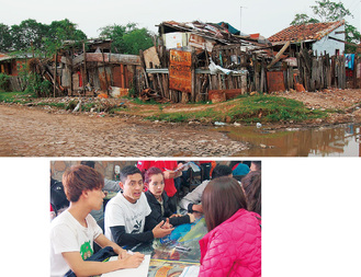 プロジェクトの舞台となるカテウラ地区(写真上)での生活支援プログラムについて現地の若者と話し合う学生ら(同右)
