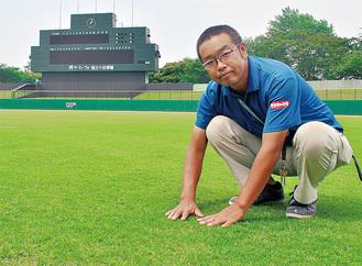 芝の生育状態を確認する濱崎さん