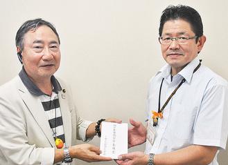 義援金を手渡す鈴木会長(左)