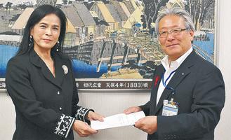 区民会議の小林会長(左)に区長から回答書が手渡された