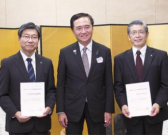 黒岩知事から手渡された認定書を持つ山下総長(右)と野田院長(左)