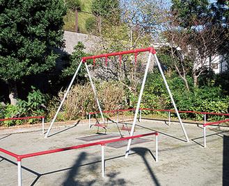 塗り替えられきれいになった月見台公園のブランコ
