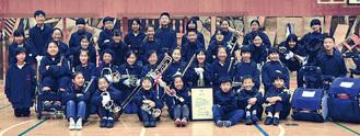 創部以来初の全国「金賞」を獲得し、笑顔の児童たち