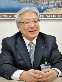 インタビューに応じる菅井区長