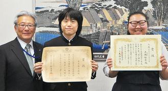 菅井区長(左)と受賞者たち