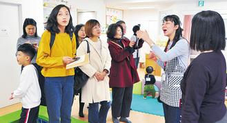 説明を聞く中国の教育関係者