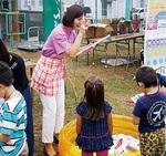 区内で開かれたイベントで子どもたちと触れ合う