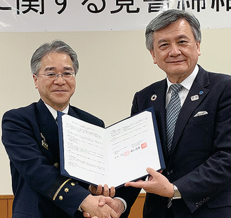 覚書を交わす長谷部勇一学長(右)と高坂哲也消防局長