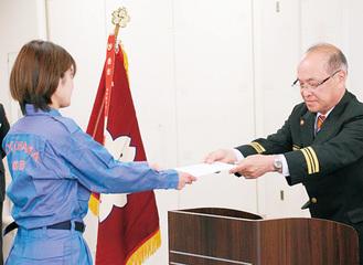 杉山団長(写真右)から辞令が交付された