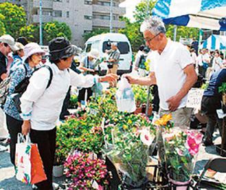 色彩豊かな花が会場を盛り上げる