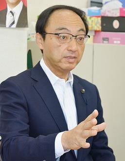 インタビューに答える梅沢氏