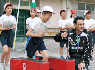 子どもたちを指導する川合さん(右)