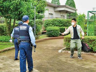 不審者役と対峙する警察官