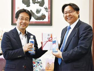 目録を手渡す生田代表(右)と鯉渕教育長