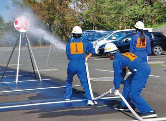 的に向け放水する隊員