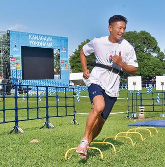 パスやトライを体験できる計測コーナーを体験する、元日本代表の廣瀬俊朗さん
