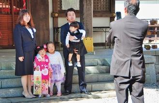 家族で記念の写真を撮影=10月30日・橘樹神社