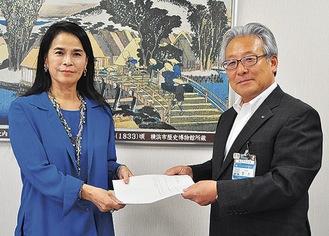 回答書を受け取る小林代表委員(左)