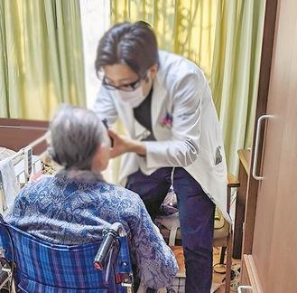 往診で診療する同院の医師