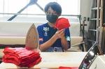 製作中のマスクを手にする小須田選手