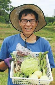 詰め合わせの野菜を持つ矢野さん