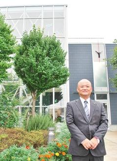 小机校舎の前に立つ中田聡センター長
