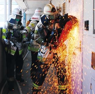 エンジンカッターで玄関扉を切断する訓練では1分ほどで鉄製の扉を開放した