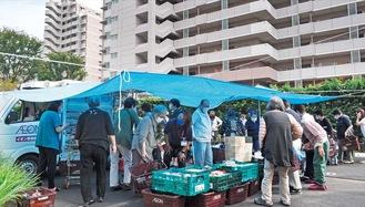 移動販売会場には60人を超える住民が訪れた