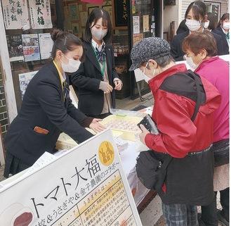 販売開始と同時に多くの客がトマト大福を買い求めた
