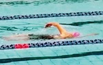 力泳するトシ子さん(提供)